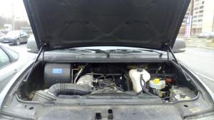 Общий вид капота с газовыми амортизаторами